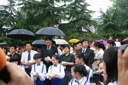 组图:嘉宾和孩子们在广场放飞和平鸽