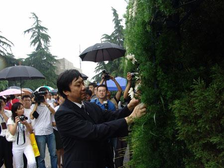 组图:南京大屠杀遇难同胞纪念馆馆长朱成山献花