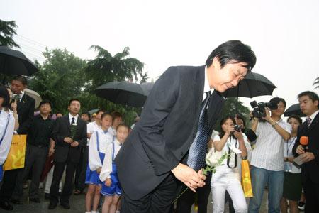 组图:南京大屠杀遇难同胞纪念馆馆长朱成山鞠躬