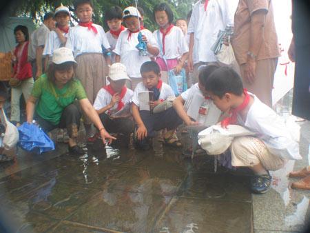 组图:孩子们参观幸存者足印铜板路
