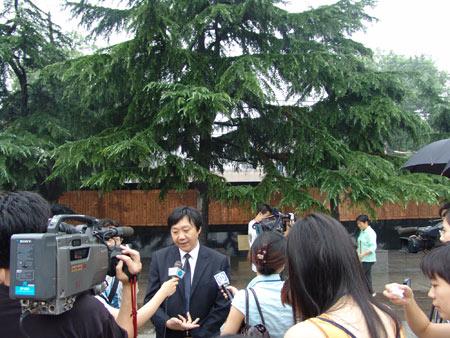 组图:朱成山馆长在室外接受记者采访