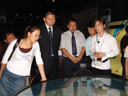 组图:汪延参观南京大屠杀遇难同胞纪念馆展室