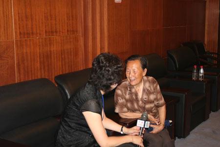 组图:幸存者夏淑琴接受记者采访