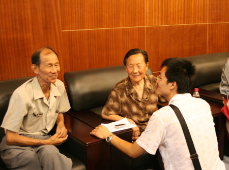 图文:夏淑琴和赊子清接受记者采访