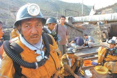 人生 新疆 遇难/7月11日,救援人员正准备下井。新华社发
