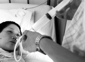 准新娘宫外孕术后成了植物人丈夫含泪呼唤妻醒来(组图)
