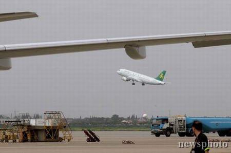 首航的飞机上共有13名旅客买到了199元的廉价