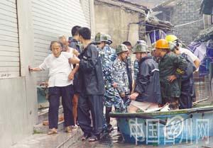 图文:台州被水围困的群众被转移到安全地带