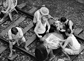 人们在铁轨上玩牌(图)