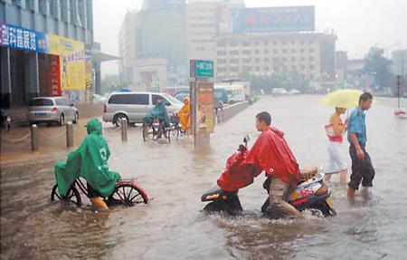 暴雨昨日突袭济南青岛 倾盆大雨灭泉城火气(组