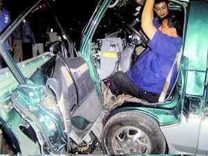 消防员救出被卡司机