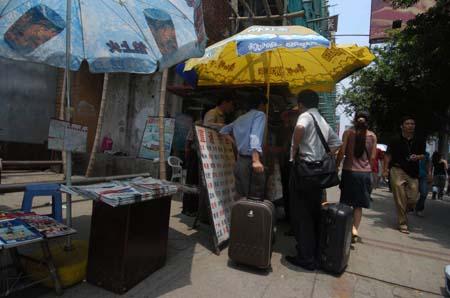 福州几大客运站周围都活跃着不少简陋的售票摊点,其中汽车客高清图片