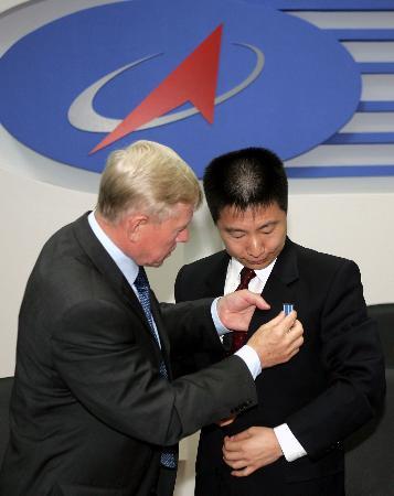 俄罗斯联邦航天署授予杨利伟加加林勋章
