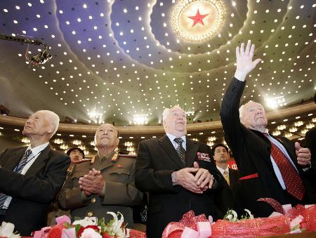 纪念抗战胜利60周年文艺晚会举行(组图)