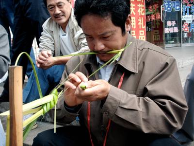 盲人在伊春凭手感用树叶编织动物栩栩如生(图)