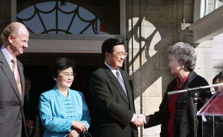 胡锦涛会见加拿大总督克拉克森并检阅仪仗队