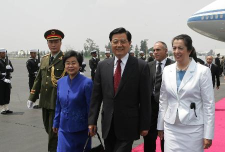 胡锦涛抵达墨西哥访问在机场发表书面讲话