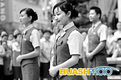 赵锐 摄本报讯(记者 殷雪莲)在昨日的百万职工风采服务礼仪接待