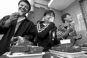 七旬翁参加吃月饼比赛