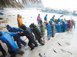 海南青葛港暴风雨中实行特别救援