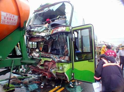 大陆观光团在台遭遇车祸其中11人受伤(组图)