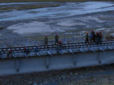 青藏铁路预计明日在拉萨车站举行贯通仪式(图)