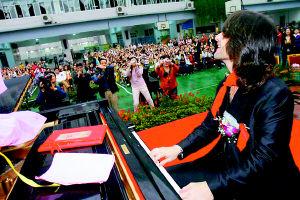 重庆小学生挑战钢琴家(图)图片