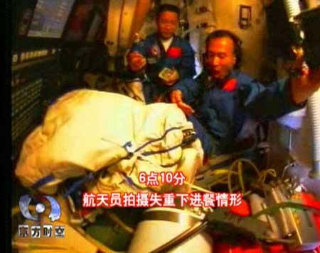 央视《东方时空》:胡锦涛与航天员天地通话