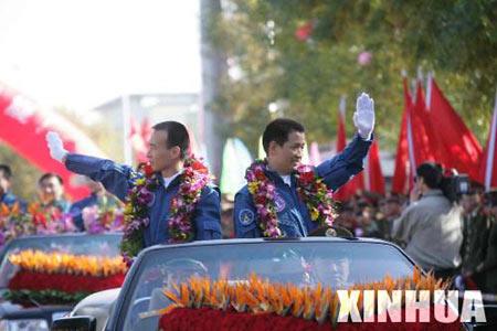 图文:费俊龙聂海胜站在敞蓬汽车上挥手