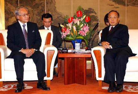 外交部长李肇星今日紧急召见日本驻华大使