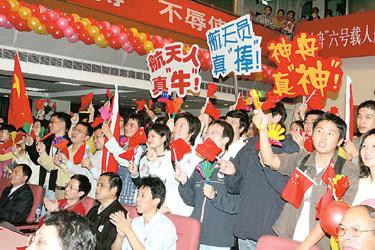 记者今晨自上海航天大厦现场报道难忘不眠夜