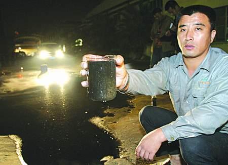 有关部门联合行动严查趁夜向塘河偷排污水