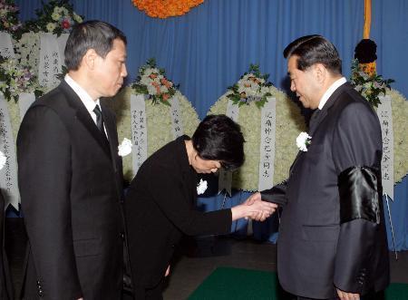 巴金同志遗体在沪火化贾庆林等到殡仪馆送别