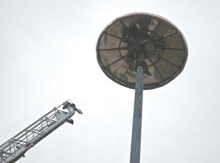 有人被困30米高灯架消防队员驾驶云梯施救(组图)