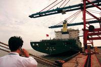 万吨巨轮搁浅受损