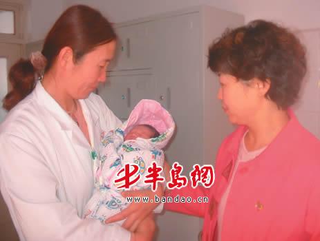 刚出生被扔进垃圾桶 烂菜叶救了女弃婴一命(图)