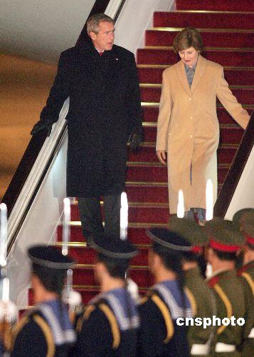 图文:美国总统布什夫妇走下舷梯