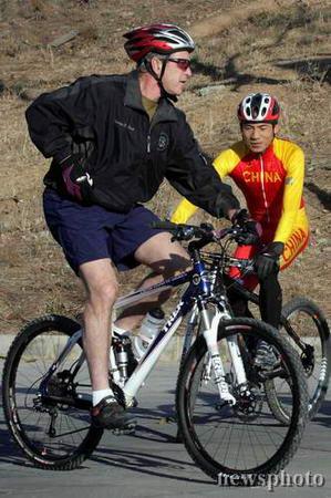 布什在京骑山地车75分钟自嘲已成老人(图)