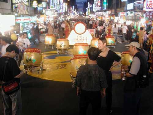 入岛旅客最爱逛夜市品美食赏风景