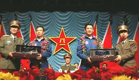 神六飞行代表团访问解放军驻澳门部队(组图)