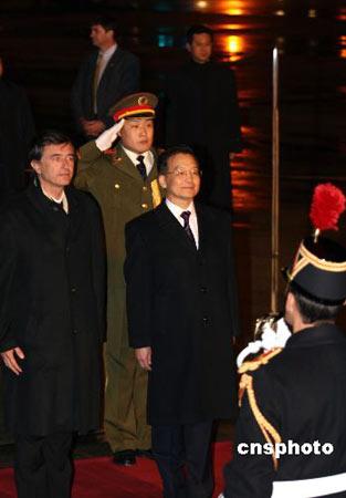 组图:温家宝总理检阅法军仪仗队