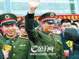神六双雄盛赞广州大学城师生争睹两人风采