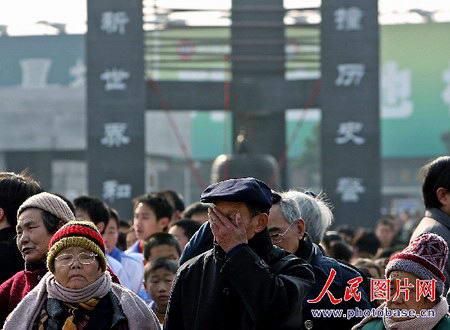 悼念南京大屠杀30万同胞遇难68周年(组图)