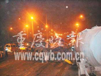 重庆13辆车连环相撞1人死亡7人受伤(图)