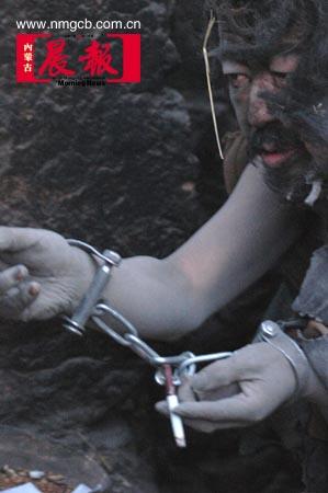 母亲用手铐脚链锁住儿子生活21年(组图)