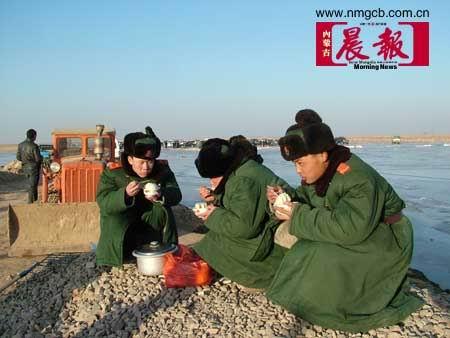 内蒙古客车坠入黄河21名遇难者遗体上岸(组图)