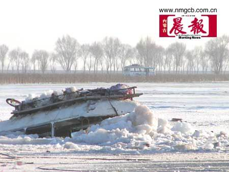 内蒙古客车坠入黄河25具遗体上岸(图)
