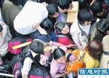 广州火车站初现客流高峰10分钟卖完一列火车票