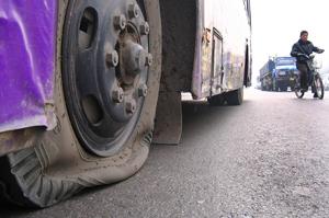 为争客源客车公交车再起硝烟 8辆19路公交车轮胎被放气