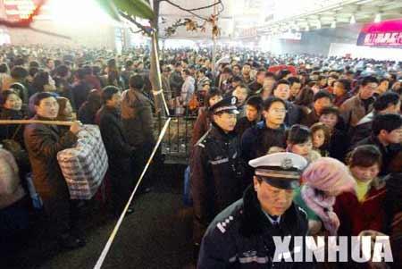 上海站17班列车晚点15000名旅客滞留(组图)
